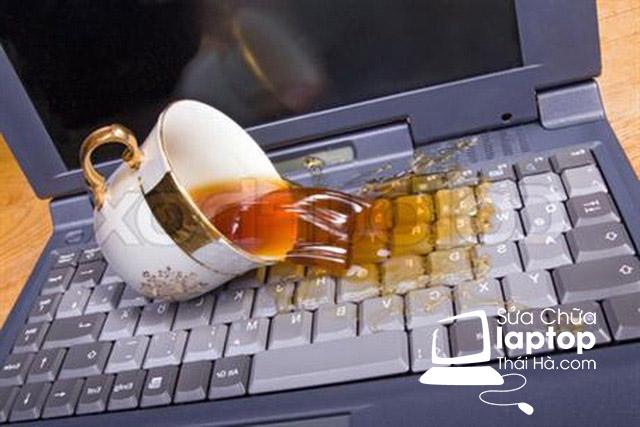 Cần nhanh chóng lau sạch là cách sửa lỗi bàn phím laptop bị loạn, bị đơ hiệu quả