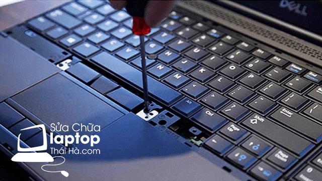 Nên vệ sinh hoặc tháo bàn phím để sửa lỗi bị kẹt